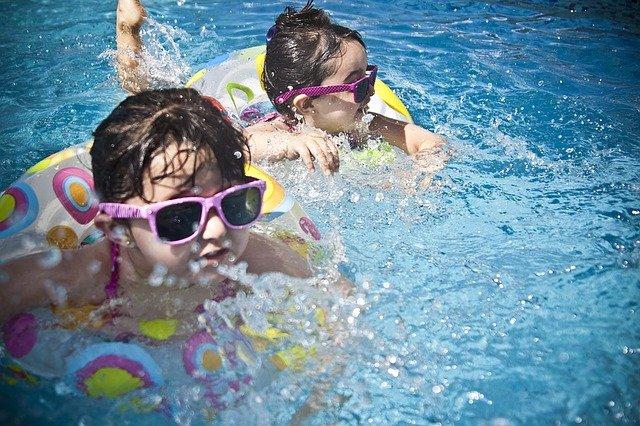 dvě holčičky v bazénu