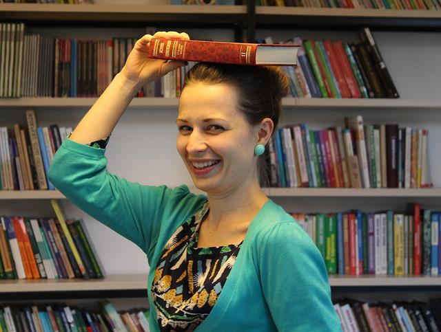 žena s knihou na hlavě