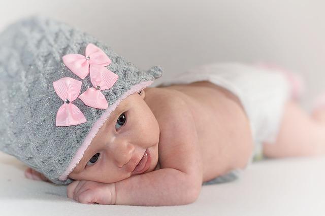 novorozeně v čepici