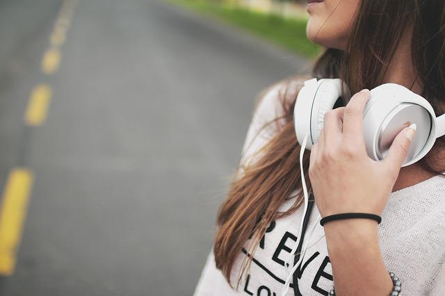 dívka se sluchátky na krku