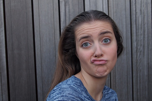 dívka v pubertě s nevšedním výrazem