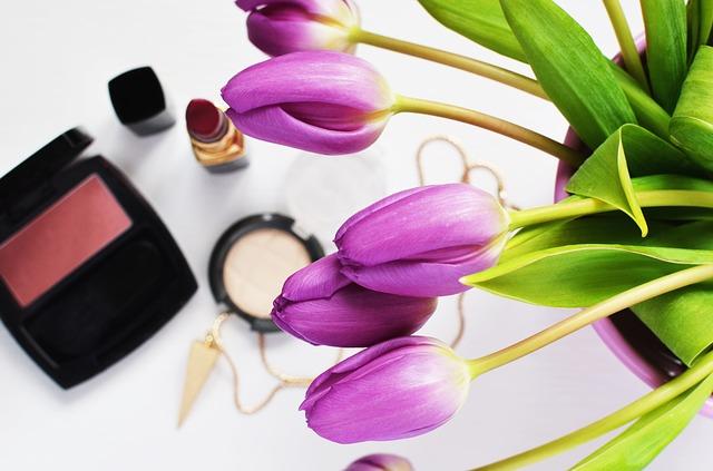 dekorativní kosmetika a tulipány