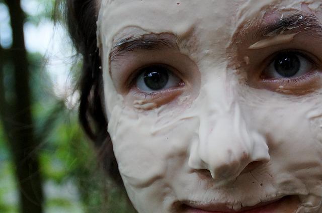 dívka s maskou na obličeji