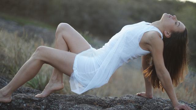 dívka v elegantních šatech v přírodě