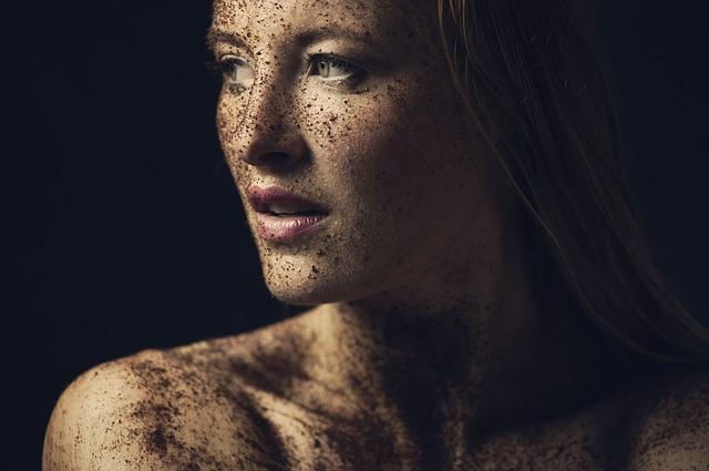 dívka s hlínou na obličeji i těle