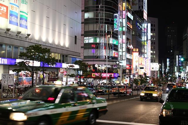 osvětlené město v noci