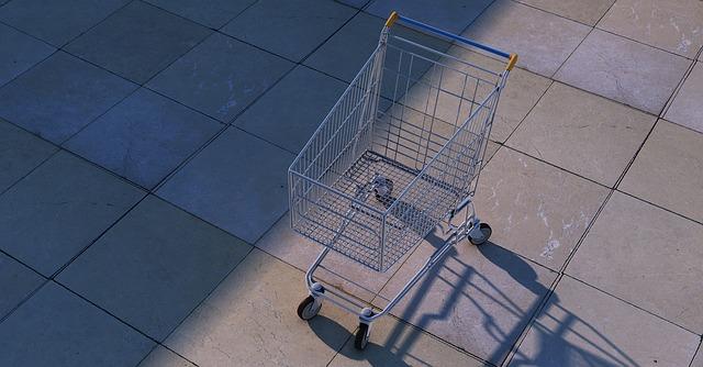 osamocený nákupní vozík