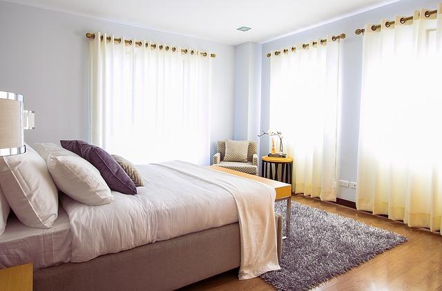ložnice v jemných barvách