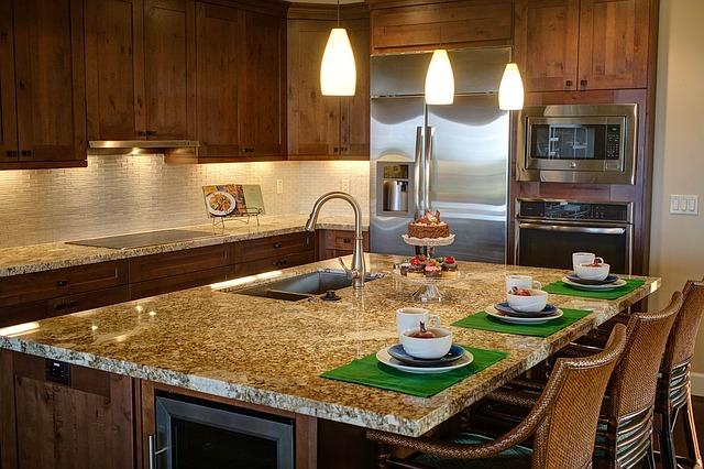 luxusní kuchyně s prostřeným stolem