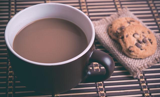 horká čokoláda a sušenky