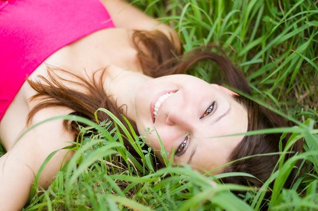 kráska v trávě