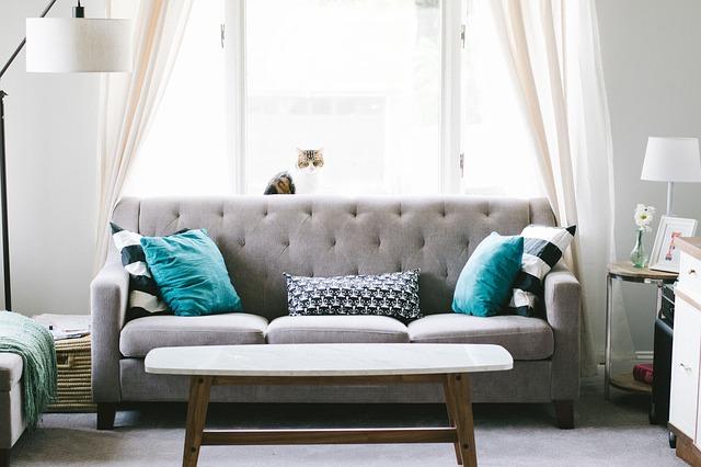 gauč s polštáři