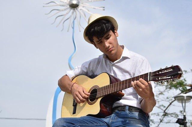kytarista s kloboukem