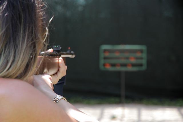 žena s puškou