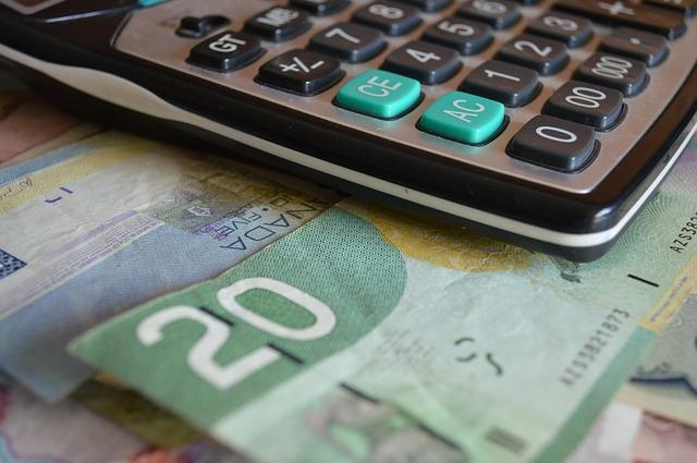 kalkulačka a bankovky – detail