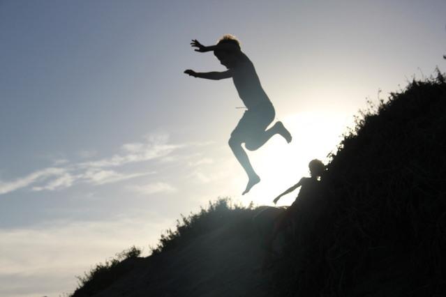 skákající bosý chlapec.jpg