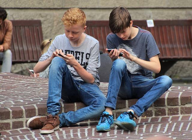 děti hrající si na chytrém telefonu