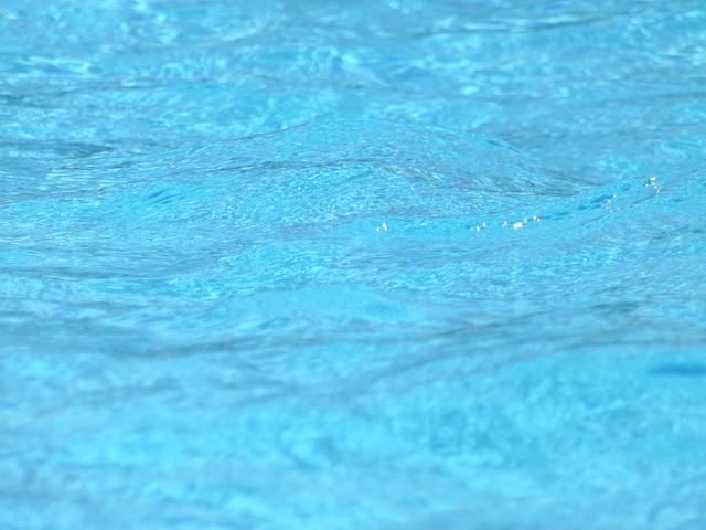 blankytně modrá voda v bazénu.jpg