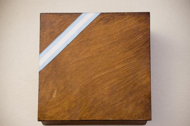 krabička s dárkem s bílo-modrou šerpou na okraji.jpg