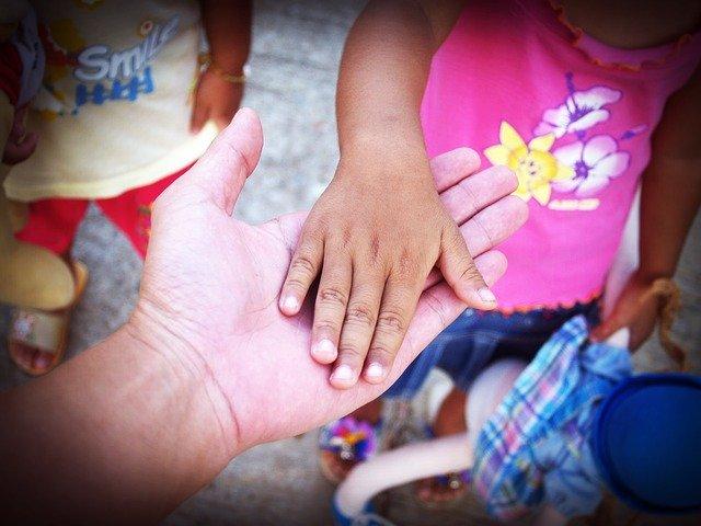 babička a dítě držící se za ruku