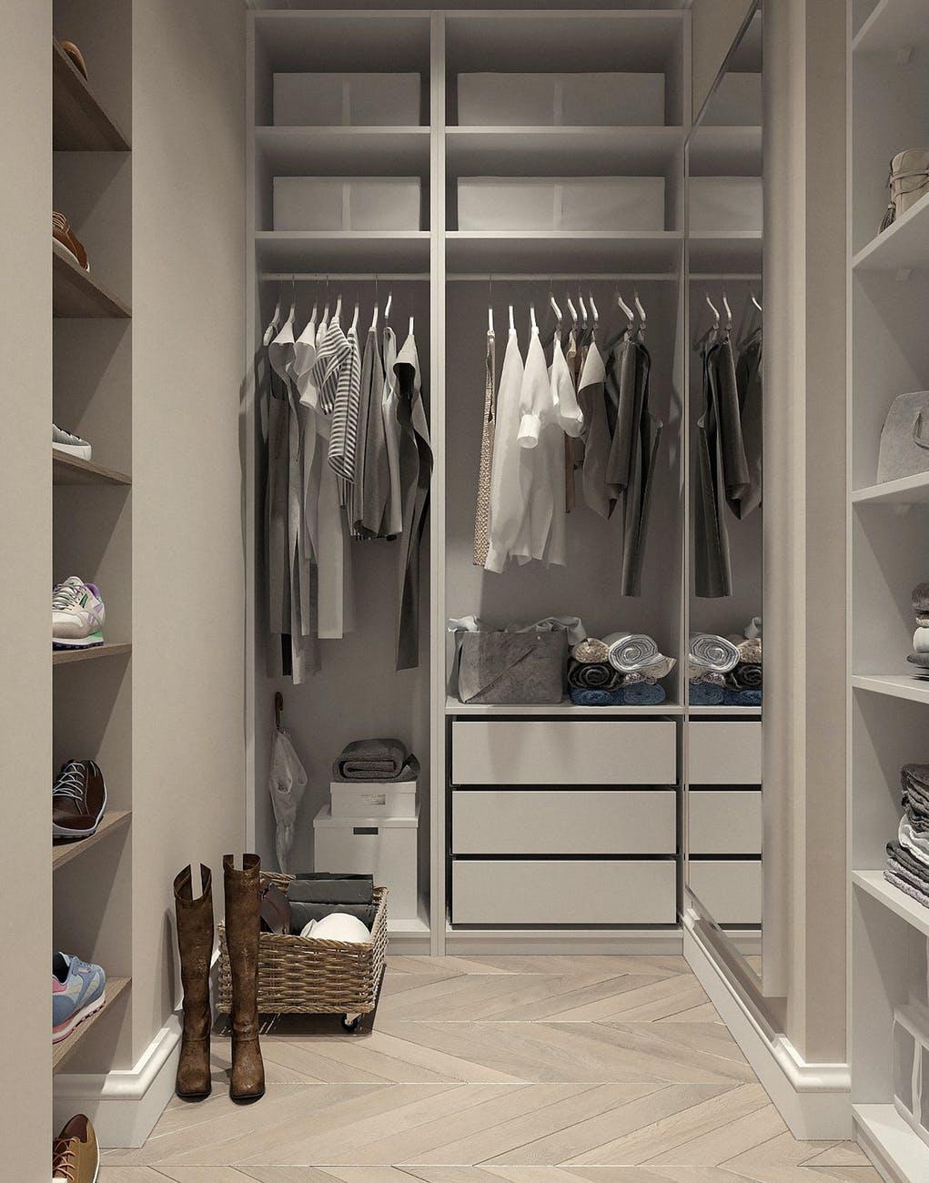 oblečení ve skříních